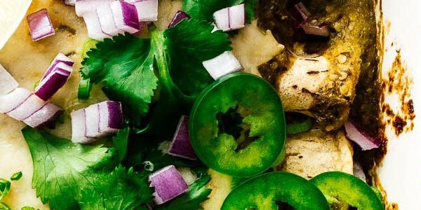 تحضير إنشيلادا الدجاج بالصلصة الخضراء في المنزلتحضير إنشيلادا الدجاج بالصلصة الخضراء في المنزل