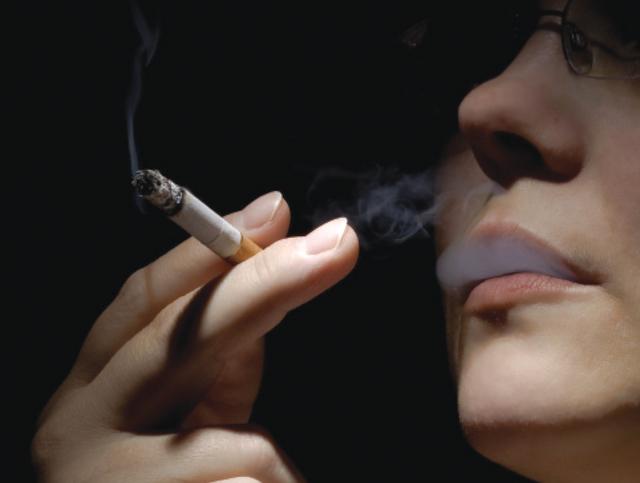 أخطار التدخين على النساء
