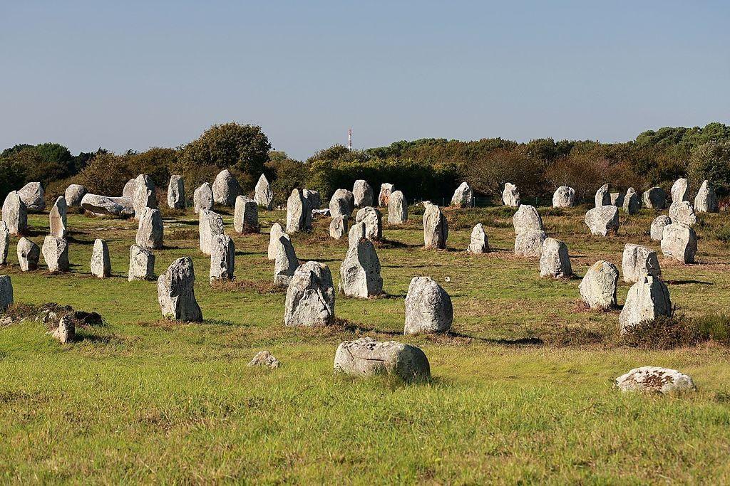 الآثار الحجرية في معبد كارناك بفرنسا