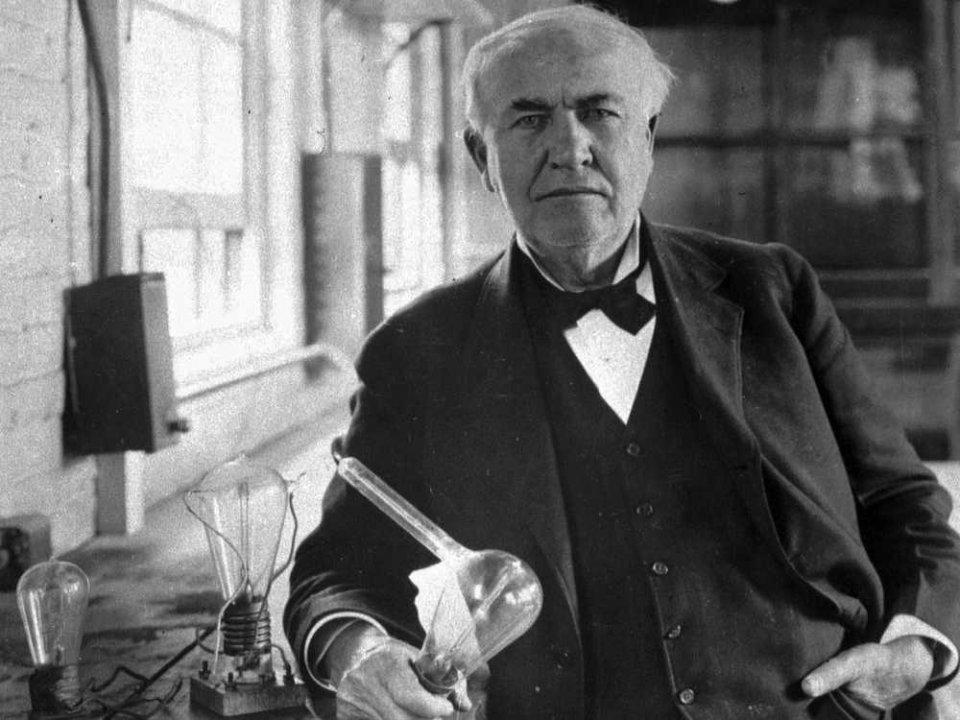 توماس اديسون واختراع المصباح الكهربائي